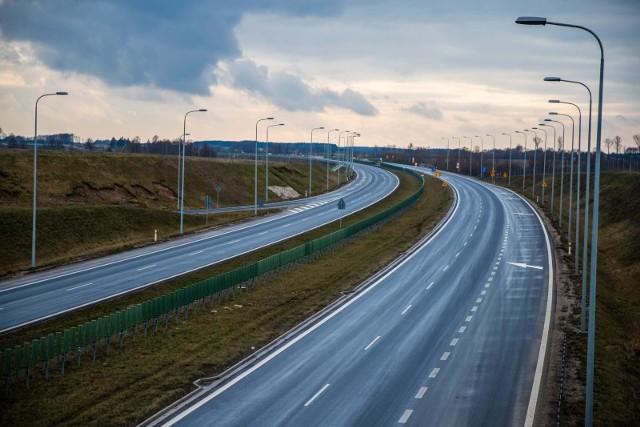 W Ministerstwie Infrastruktury zatwierdzono w tym tygodniu programy inwestycji dla obwodnic Milicza, Międzyborza i Oławy. Inwestycje te zostały ujęte w Programie budowy 100 obwodnic.W ramach tych inwestycji w województwie dolnośląskim powstaną nowe odcinki dróg o łącznej długości 31 km.- Dzięki realizacji nowych obwodnic w województwie dolnośląskim zwiększy się przepustowość sieci dróg krajowych, a mieszkańcy miejscowości takich jak Milicz, Międzybórz i Oława odetchną od ruchu tranzytowego, przebiegającego przez ścisłą zabudowę miejską - powiedział cytowany w komunikacie minister infrastruktury Andrzej Adamczyk.W ramach rządowego programu do 2030 roku powstanie 100 obwodnic na sieci dróg krajowych o łącznej długości ok. 820 km. Będą to trasy dostosowane do przenoszenia obciążenia 11,5 t/oś. Koszt realizacji 100 obwodnic został oszacowany na blisko 28 mld zł. Ich budowa będzie finansowana ze środków Krajowego Funduszu Drogowego prowadzonego przez Bank Gospodarstwa Krajowego. Inwestycje związane z budową nowych obwodnic będą realizowane przez Generalnego Dyrektora Dróg Krajowych i Autostrad. O tym, kiedy będą realizowane obwodnice na Dolnym Śląsku oraz o ich przebiegu piszemy na kolejnych stronach.