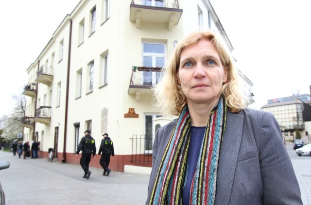 Profesor Bożena Szaynok w poniedziałek przed kamienicą przy ulicy Planty 7 - miejscem gdzie doszło do pogromu kieleckiego.