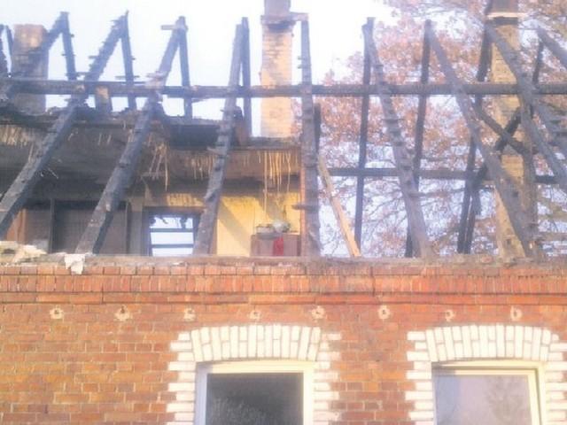 Spłonął dach, poddasze i część mieszkalna. Przyczyną pożaru była wadliwa instalacja elektryczna.