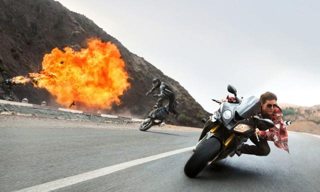 """""""Mission: Impossible - Rogue Nation""""Zapierająca dech w piersiach piąta cześć przygód niezwyciężonego agenta, w którego rolę od lat wciela się bezbłędnie hollywoodzki gwiazdor Tom Cruise (Urodzony 4 lipca, Jerry Maguire). Ethan Hunt (Tom Cruise), niegdyś członek elitarnej rządowej jednostki Impossible Missions Force, skrzykuje swoich dawnych kolegów (Jeremy Renner, Simon Pegg, Ving Rhames), aby stawić czoła niebezpiecznej sieci agentów, zwanej Syndykatem. Organizacja zagraża światowemu pokojowi. Zadanie nie będzie łatwe. Hunt będzie musiał zjednoczyć siły ze zdyskredytowaną agentką brytyjskiego wywiadu (Rebecca Ferguson). Czy grupie śmiałków uda się pokrzyżować plany złoczyńców?Emisja: HBO, godz. 20:10"""