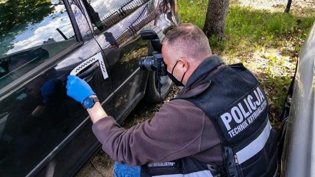 Samochód miał wybitą boczną szybę. Kierowca nie potrafił tego wytłumaczyć policjantom. Okazało się, że volkswagen wart 7 tys. złotych został skradziony w połowie maja w Warszawie.