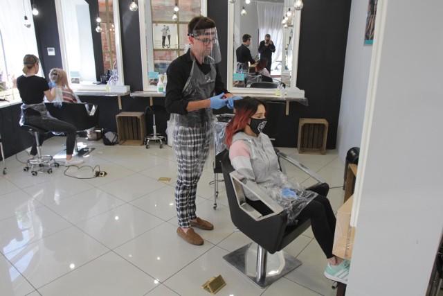 Sanepid szuka klientów fryzjerki zakażonej koronawirusem
