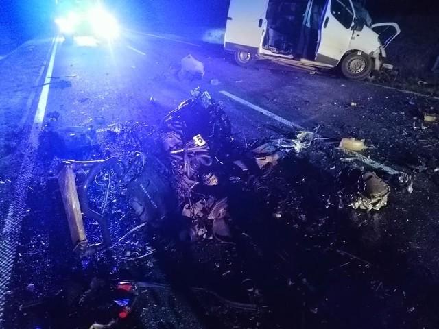 Na drodze w Dziurkowie czołowo zderzyły się bus i samochód osobowy.
