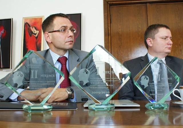 Dyrektorzy Rafał Pierzchalski (z lewej) oraz Paweł Błaszak i statuetki za czołowe miejsca w rankingu