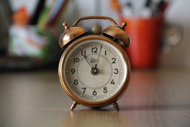 Zmiana czasu na zimowy już w ten weekend. Wskazówki zegara cofnąć o godzinę do tyłu (z godziny 3 na 2 w nocy). Spać będziemy zatem dłużej.