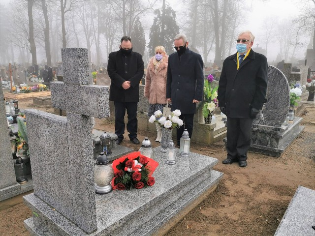 Na grobie Wojciecha Cieślewicza, jak co roku, złożono kwiaty i zapalono znicze