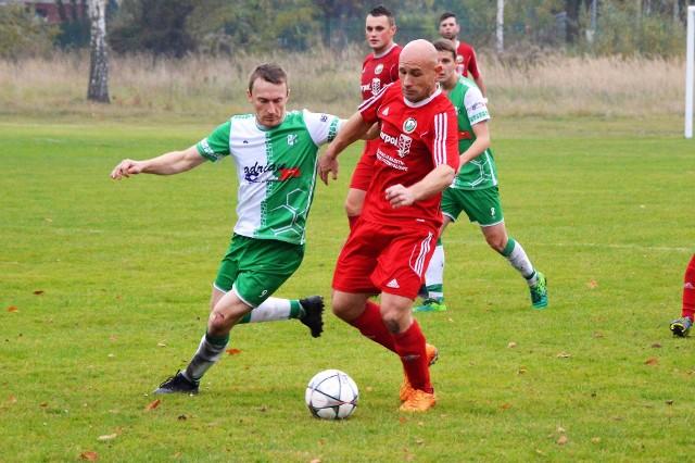 Arkadiusz Bartula (z piłką) i jego koledzy z Jawiszowic, jesienią nie stracili nawet punktu.