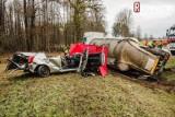 Koszmarny wypadek na trasie Ełk - Augustów. 30-tonowa naczepa z cementem zmiażdżyła toyotę. Kierowca ciężarówki wymijał auta na łuku drogi