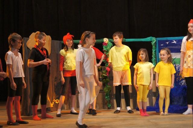 """Teatr """"Figielek"""" ze Szkoły Podstawowej nr 7 w Stalowej Woli wystawił przedstawienie """"Brzydkie Kaczątko""""."""