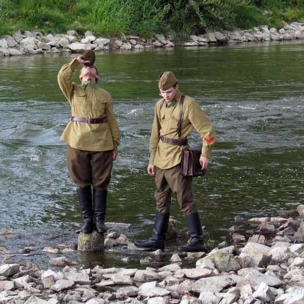 Radzieccy żołnierze, na kilka godzin przed walką, spokojnie patrolują brzeg Sanu, w okolicach mostu kolejowego.