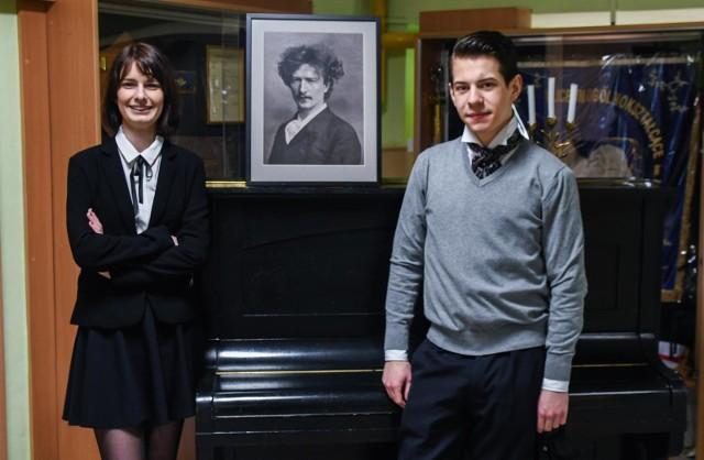 Julia Gadzinowska i Rysiu Kimmel to maturzyści, którym w tym roku towarzyszymy na maturze. Oboje są uzdolnieni muzycznie, a maturę zdawali w V LO w Bydgoszczy. To właśnie tej szkole patronuje sam mistrz Paderewski.