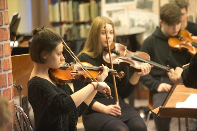 Na wspólne kolędowanie z młodzieżową orkiestrą poprowadzoną przez młodego muzyka Michała Krawczuna zaprosiła wczoraj uczniów SP 6 i SP 2 oraz wszystkich chętnych Miejska Biblioteka Publiczna w Słupsku.