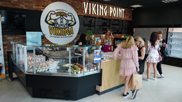 Odbyło się otwarcie stacjonarnego punktu Kuchni Vikinga - Viking Point. Na miejscu grillował słynny kucharz Robert Sowa, a na gości czekał jeden z najsilniejszych Polaków - strongman Krzysztof Radzikowski.