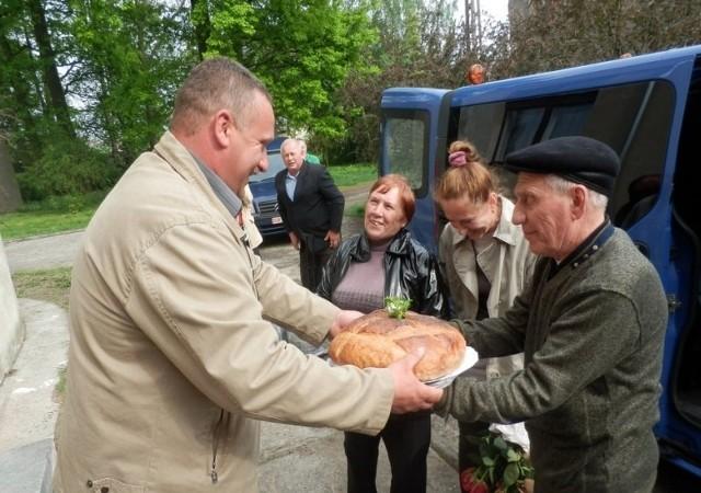 Powitanie Feliksy i Leonida Wasilewiczów. Chlebem i solą powitał ich Piotr Nita, sołtys Polanowic.