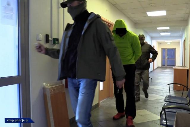 Policjanci Centralnego Biura Śledczego Policji rozbili zorganizowaną grupę przestępczą, której członkowie podejrzani są o szereg przestępstw o charakterze kryminalnym, a także przestępstwa narkotykowe. Gang działał na terenie województwa kujawsko-pomorskiego. Zatrzymano 9 osób, a 12 przedstawiono łącznie 80 zarzutów. Śledztwo nadzoruje Prokuratura Okręgowa w Bydgoszczy.