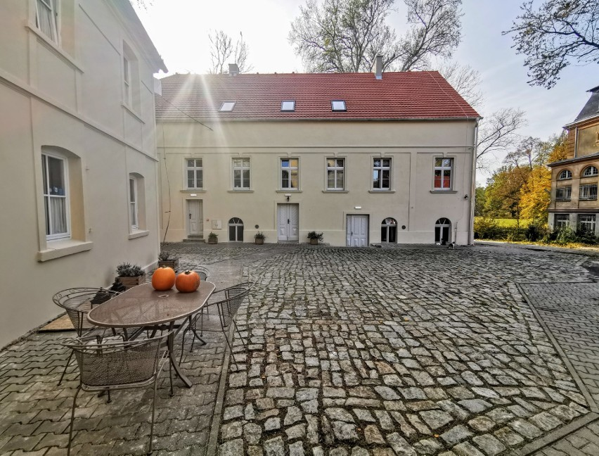 Relaks z historią w tle – witajcie w Pałacu i Folwarku Brzeźnica