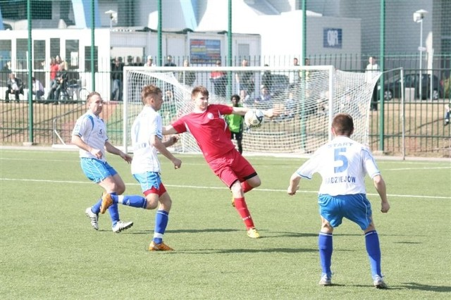 Piłkarze Startu (białe stroje) wreszcie zanotowali wygraną w IV lidze.