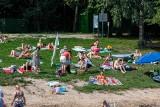 Zalew Czapielówka w Czarnej Białostockiej jak zwykle przyciągnął plażowiczów. Mieszkańcy korzystali z ładnej pogody (zdjęcia)