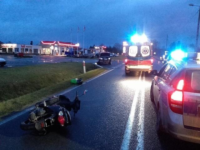 Do kraksy doszło na prostym odcinku drogi między Witnicą, a Białczem, na wysokości stacji paliw. W zderzeniu uczestniczył nissan x-trail oraz skuter.Zderzenie auta ze skuterem miało miejsce w środę, 4 stycznia, o godzinie 7.10. Na miejsce wezwano pogotowie, policję i strażaków z OSP Witnica (to dzięki ich uprzejmości mamy zdjęcia z tego zdarzenia). - Obecni na miejscu policjanci ustalili, że kierowca nissana wymusił pierwszeństwo i zajechał drogę mężczyźnie, kierującym skuterem - mówi Maciej Kimet z zespołu prasowego Komendy Wojewódzkiej Policji w Gorzowie Wlkp. Niegroźnie ranna w nogę została kobieta, która była pasażerką skutera.Kierowca nissana został ukarany mandatem w wysokości 500 zł, nałożono też na niego sześć punktów karnych.Wypadek wydarzył się na drodze wojewódzkiej nr 132. To ta sama droga, na której  we wtorek, 3 stycznia, w Dąbroszynie w wypadku śmierć poniosła jedna osoba, a dwie zostały ranne.