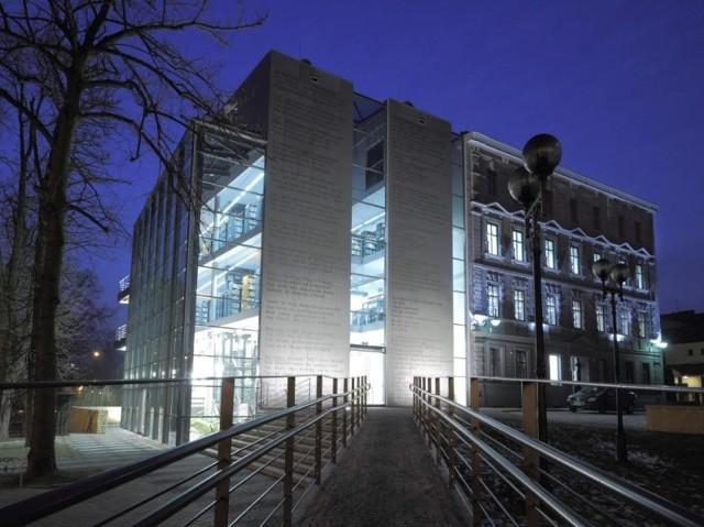 """Budynek Miejskiej Biblioteki Publicznej w Opolu zdobył nagrodę roku za """"Najlepszy budynek wzniesiony z środków publicznych w 2010 roku""""."""