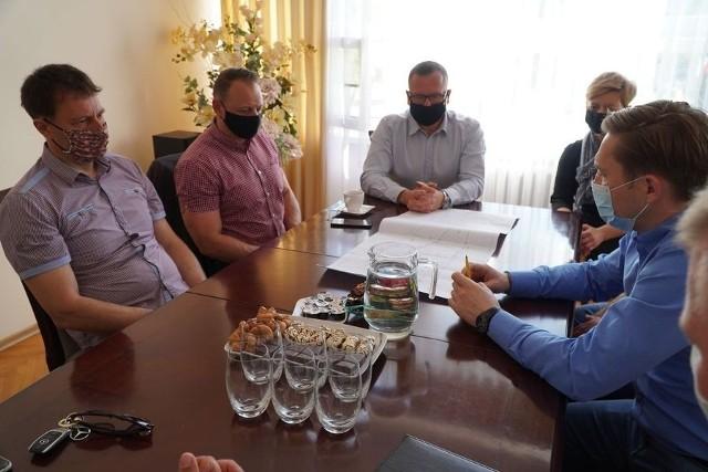 Wykonawcą budowy pasażu handlowego przy ul. Sokołowskiej 9 w Golubiu-Dobrzyniu będzie lokalna firma - P.H.U. Gra-Mar. Jej przedstawiciele spotkali się z urzędnikami