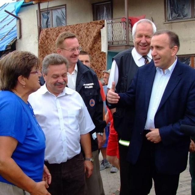 Grzegorz Schetyna rozmawiał z mieszkańcami i sprawdzał postępy w odgruzowywaniu wsi.