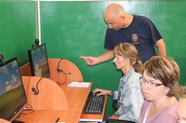 W tym tygodniu Wojciech Pawłowski uczy panie umiejętności obsługi komputera.