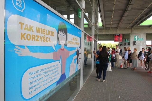 W środku wakacji pasażerów poznańskiej komunikacji miejskiej czekają duże zmiany. 1 sierpnia 2019 roku do sprzedaży weszły nowe bilety jednorazowe, wprowadzone zostały zmiany w taryfie biletowej, utworzono została także nowa strefa taryfowa D. Korekty pojawiły się również w wykazie ulg i zwolnień.Przejdź dalej i sprawdź szczegóły --->