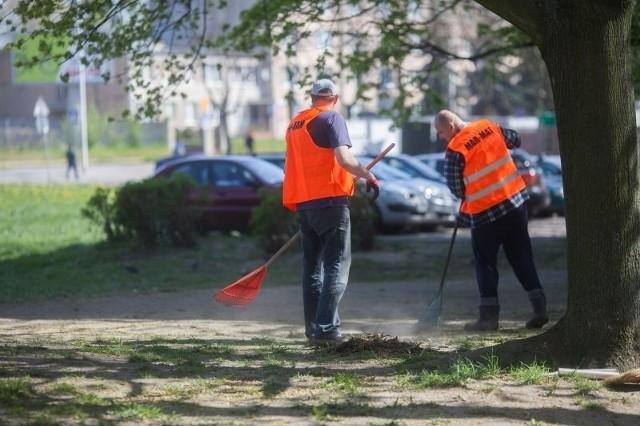 Grabienie liści i uprzątanie gałęzi na zbiegu ul. Kasprzaka i ul. Drewnowskiej