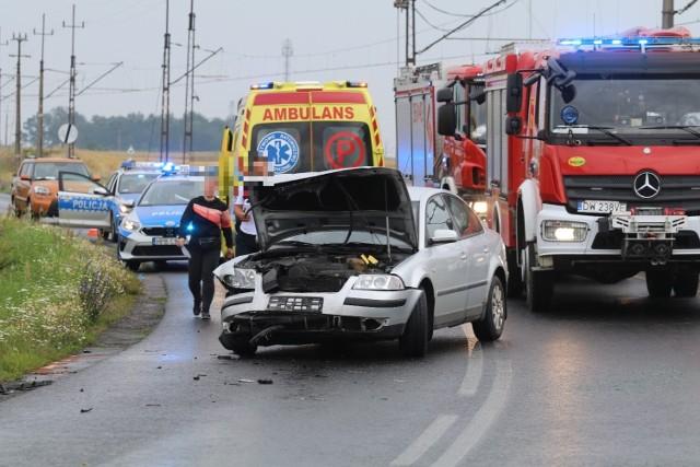 Wypadek czterech aut na DW364. Urwane koła, zniszczony kamper