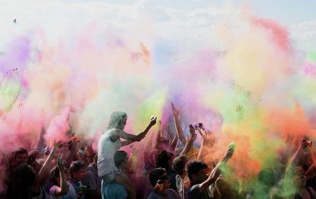 Barwna chmura kolorowych proszków ponownie uniesie się do góry. Łódzkie święto kolorów odbędzie się 1-ego czerwca na MOSiRze przy ulicy Karpackiej. Wstęp na zabawę jest bezpłatny.