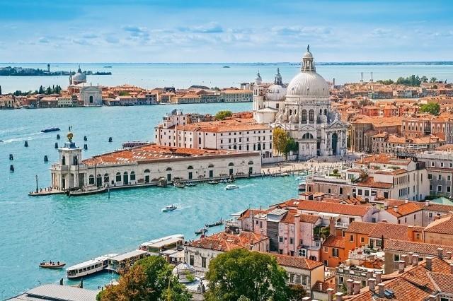 Europa jest pełna idealnych miast na romantyczny wyjazd dla dwojga. Werona, Rzym, Wenecja, Paryż każde z tych miejsc kojarzy się ze spacerami i wspólnym patrzeniem na zachód słońca. Jednak statystyki pokazują, że na samym szczycie listy miast najczęściej odwiedzanych w Dzień Świętego Walentego wcale nie znajduje się Paryż czy Rzym. Jak ustalić, które europejskie miasta są rzeczywiście a nie tylko według twórców komedii romantycznych najbardziej walentynkowe? Dobrym sposobem okazało się porównanie liczby pokoi hotelowych zarezerwowanych w danym mieście w okolicach 14 lutego. Miejsce 5: Wenecja Na piątym miejscu znalazła się Wenecja w porównaniu do normalnego weekendu, przed Dniem Świętego Walentego liczba hotelowych rezerwacji wzrasta tam o 12 procent. Nic w tym dziwnego, skoro na myśl o przepłynięciu gondolą przez Canal Grande i podziwianiu weneckich pałaców, które liczą sobie nawet 700 lat, serce od razu bije szybciej. Warto jednak pamiętać, że taki rejs to dość kosztowny wydatek cena za półgodzinny kurs oscyluje wokół 70 euro, a im bliżej zachodu słońca, tym bardziej wzrasta cena.Źródło: http://www.hrs.com/pl/blog/