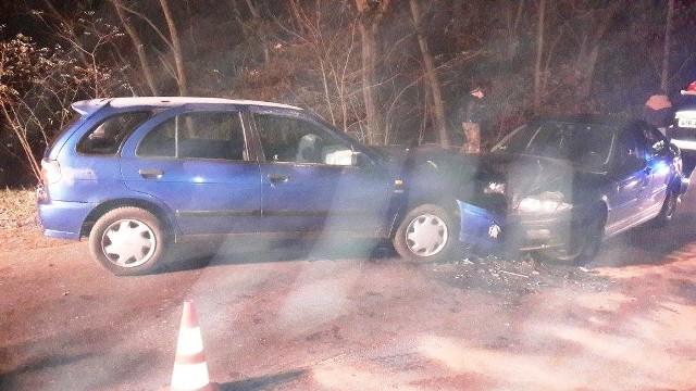 Osobowy opel i bmw zderzyły się na łuku drogi w miejscowości Urad. Do kraksy doszło w sobotę, 12 listopada, wieczorem. Uwaga kierowcy, na drogach jest ślisko!O kolizji w Uradzie na swoim facebookowym profilu poinformowali strażacy z OSP w Cybince. Zaapelowali jednocześnie do kierowców o ostrożność. Zgłoszenie o kraksie odebrano po godzinie 19. Na miejsce przyjechała policja, pogotowie oraz strażacy z Cybinki, Rzepina i Słubic.Okazało się, że na łuku drogi czołowo zderzyły się opel i bmw. Pomimo tego, że zderzenie wyglądało groźnie, nikt na szczęście nie ucierpiał. Osoby, jadące oplem i bmw zostały przebadane na miejscu i nie była konieczna ich hospitalizacja. Zobacz też:  Śmiertelny wypadek pod Cybinką. Zginęła jedna osoba, trzy są ranne