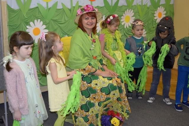 Dzieci z przedszkola nr 5 w Skierniewicach z radością pożegnały zimę i przywitały wiosnę. Były konkursy, występy, tańce i zabawa. Każda grupa przygotowała coś na powitanie wiosny.