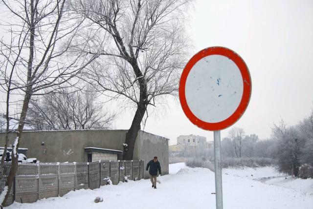Ratusz nie będzie dochodził, kto w listopadzie 2015 r. ustawił znaki zakazu ruchu na miejskiej działce między ul. Chłodną i Piaskową. Zdemontuje je w ciągu tygodnia