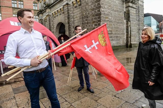 Flagi Polski i Gdańska rozdawane mieszkańcom z okazji Święta Miasta