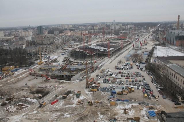 Pociągi mają kursować z nowego dworca Łódź Fabryczna przed końcem tego roku - pisaliśmy w pierwszej połowie stycznia. - Będą musiały przejeżdżać przez ulicę Niciarnianą, gdzie ma powstać tunel drogowy pod torami kolejowymi. Kłopot w tym, że tunel ma być budowany do połowy 2016 roku. Taki termin zapisano w umowie, którą właśnie podpisała spółka PKP Polskie Linie Kolejowe z wykonawcą prac Trakcją PRKiI. CZYTAJ