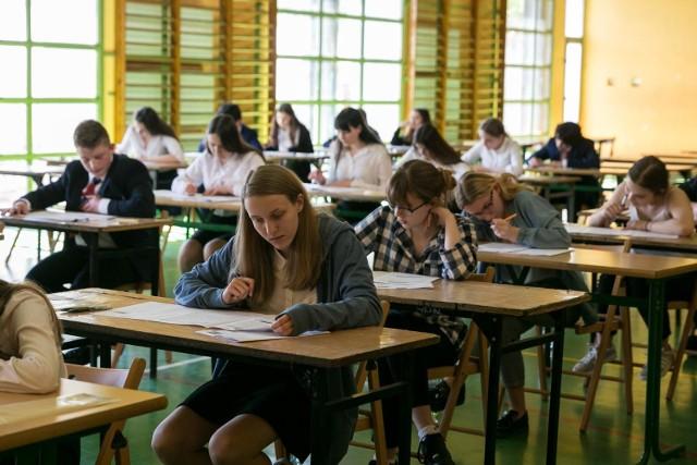 """Nasze zestawienie oparliśmy na danych uzyskanych z Urzędu Miasta Krakowa. Miasto Kraków prowadzi w tym roku szkolnym 84 szkoły ponadgimnazjalne ogólnodostępne dla młodzieży, w tym 37 liceów.W rekrutacji każdy kandydat mógł uzyskać łącznie 200 punktów (w tym połowę, bo maksymalnie 100 punktów za egzamin gimnazjalny, a resztę za przeliczone na punkty oceny ze świadectwa ukończenia gimnazjum oraz za szczególne osiągnięcia m.in. w turniejach czy konkursach przedmiotowych).W naszej galerii prezentujemy te krakowskie licea, które rok temu przyjęły kandydatów mających co najmniej 100 punktów. UWAGA: pośród tych 21 szkół jest sześć, w których do części klas """"próg"""" przekroczył 100 punktów, ale do innych klas można się było dostać z mniejszą liczbą punktów; są to licea: XV, XVII, XX, XXIV, XLII oraz Liceum Ogólnokształcące Mistrzostwa Sportowego.Sprawdź, jakie szkoły trafiły do naszego zestawienia. Opisując je, podajemy dwie wartości: - minimalną liczbę punktów, która pozwalała dostać się do """"najmocniejszej"""" klasy, - oraz liczbę punktów, która pozwoliła się znaleźć w """"najsłabszej"""" klasie danego liceum, do jakiej trafili również wyłącznie kandydaci mający powyżej 100 punktów.Wysokie wartości """"progów"""" w części ze szkół i poszczególnych klas to efekt m.in. tego, że wybrali je laureaci konkursów przedmiotowych, którzy mają pierwszeństwo przed pozostałymi chętnymi.Dodajmy jako ciekawostkę, że w poprzedniej rekrutacji licealistą można było zostać nawet uzyskując w rekrutacji zaledwie 10 punktów - tyle wystarczyło kandydatom do określonej klasy jednego z krakowskich liceów. UWAGA: NASZA GALERIA: SPRAWDŹ LICZBĘ PUNKTÓW, JAKA POZWALAŁA SIĘ DOSTAĆ DO OBLEGANYCH KRAKOWSKICH LICEÓW"""