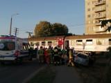 Samochód wjechał pod pociąg w Lęborku. 30.07.2021 r. Jedna osoba została ranna. Pociąg jechał z Łeby do Krakowa