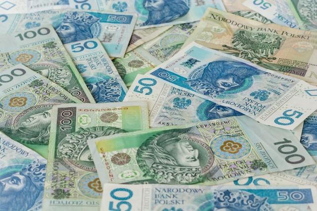 Ile zarabiają Polacy i jak bardzo ich zarobki przewyższają płacę minimalną? Sprawdź, będziesz zaskoczony!Pensja minimalna w 2020 roku to około 1920 zł netto.