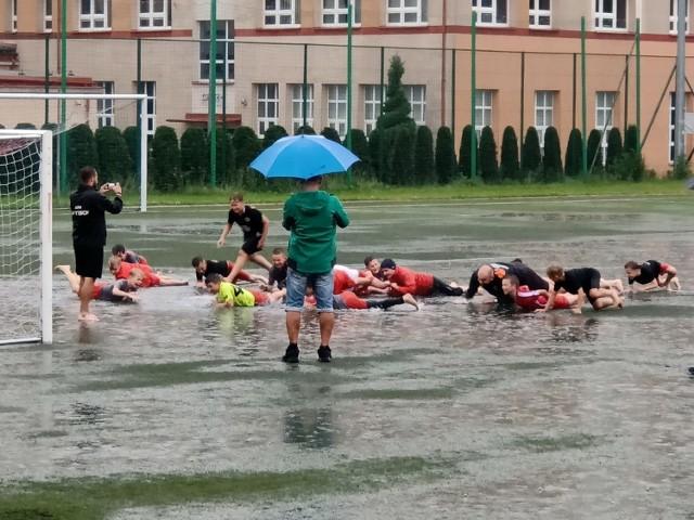 Trening podczas ulewy na boisku Mechaniaka