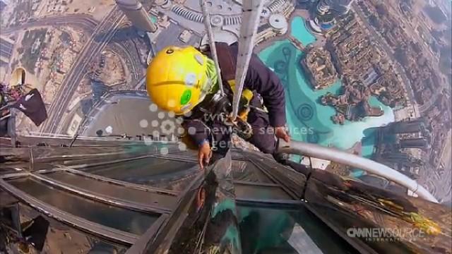 Myją okna na najwyższym wieżowcu świata - ponad 800 metrów nad ziemiąMyją okna na najwyższym wieżowcu świata - ponad 800 metrów nad ziemią (WIDEO)