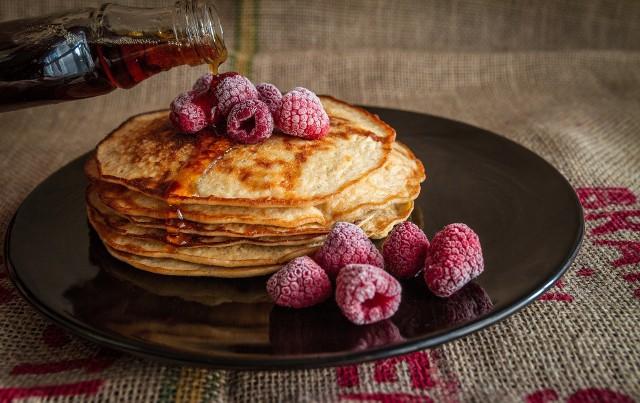 Mąka kokosowa świetnie smakuje jako zamiennik mąki pszennej. Można z niej zrobić ciastka, ciasta, naleśniki i placki.