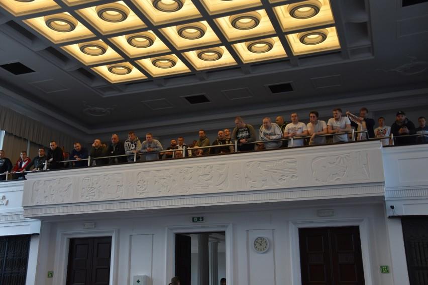 Kibice ŁKS Łódź przyglądali się obradom Rady Miejskiej,...