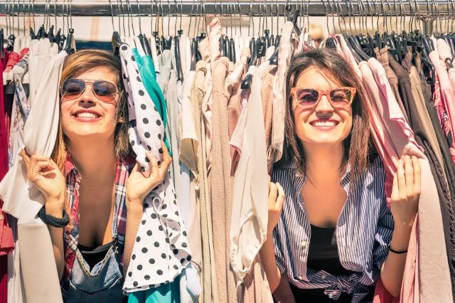 Sklepy z używaną odzieżą mają obecnie wiele fanek, które nie wstydzą się mówić głośno o tym, że robią tam zakupy.