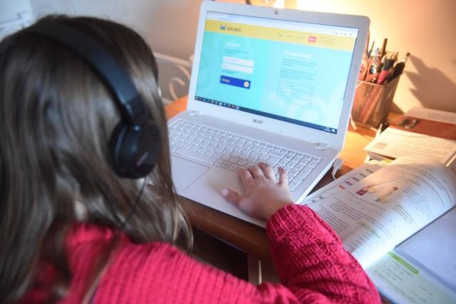 Choć w ubiegłym roku szkolnym 2020/2021 nauka zdalna trwała wiele miesięcy, nadal nie wszyscy uczniowie mają w domu własny laptop. Problem dotyczy zwłaszcza rodzin wielodzietnych