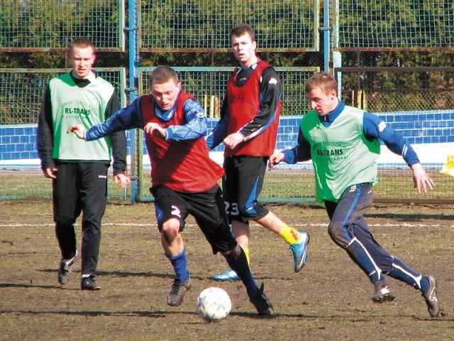 W niedzielę piłkarze Tura (w czerwonych kamizelkach) zdecydowanie przeważali nad rywalami z Gródka (na zielono). Przy piłce kapitan Tura Adam Naumczuk, w tle lewy pomocnik Adrian Kozłowski.