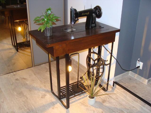 Stara maszyna jako dekoracja wnętrzaOświetlenie w stylu loftowym