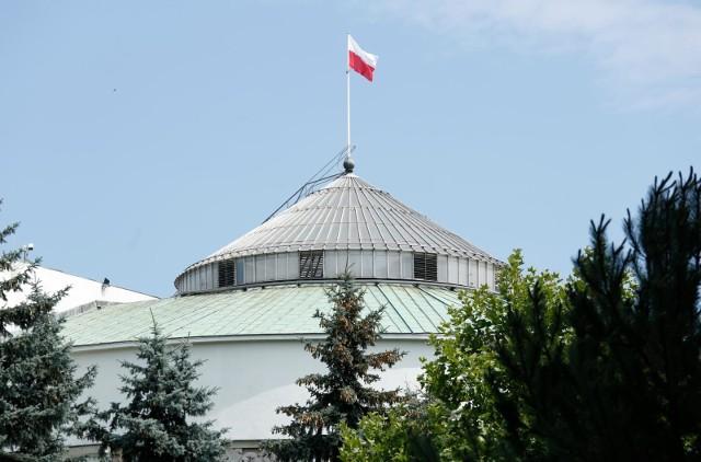 Prezydent Andrzej Duda, jako głowa państwa, może swobodnie przekraczać mury polskiego parlamentu. Do niedawna ta zasada dotyczyła także jego ludzi. To ma się jednak skończyć.