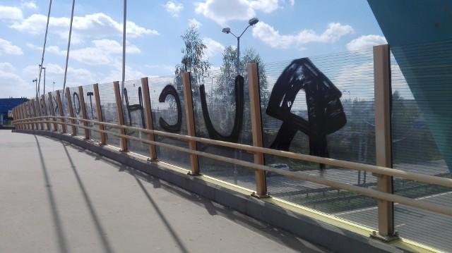 Maj 2020 r. Zdewastowana infrastruktura (kładki dla pieszych, ekrany akustyczne) Drogowej Trasy Średnicowej przy stadionie Ruchu Chorzów.Zobacz kolejne zdjęcia. Przesuwaj zdjęcia w prawo - naciśnij strzałkę lub przycisk NASTĘPNE
